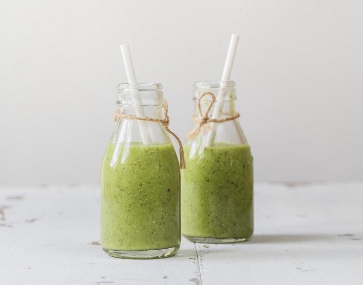 Grüner Smoothie mit Avocado, Kiwi, Spinat und Chiasamen in Flaschen