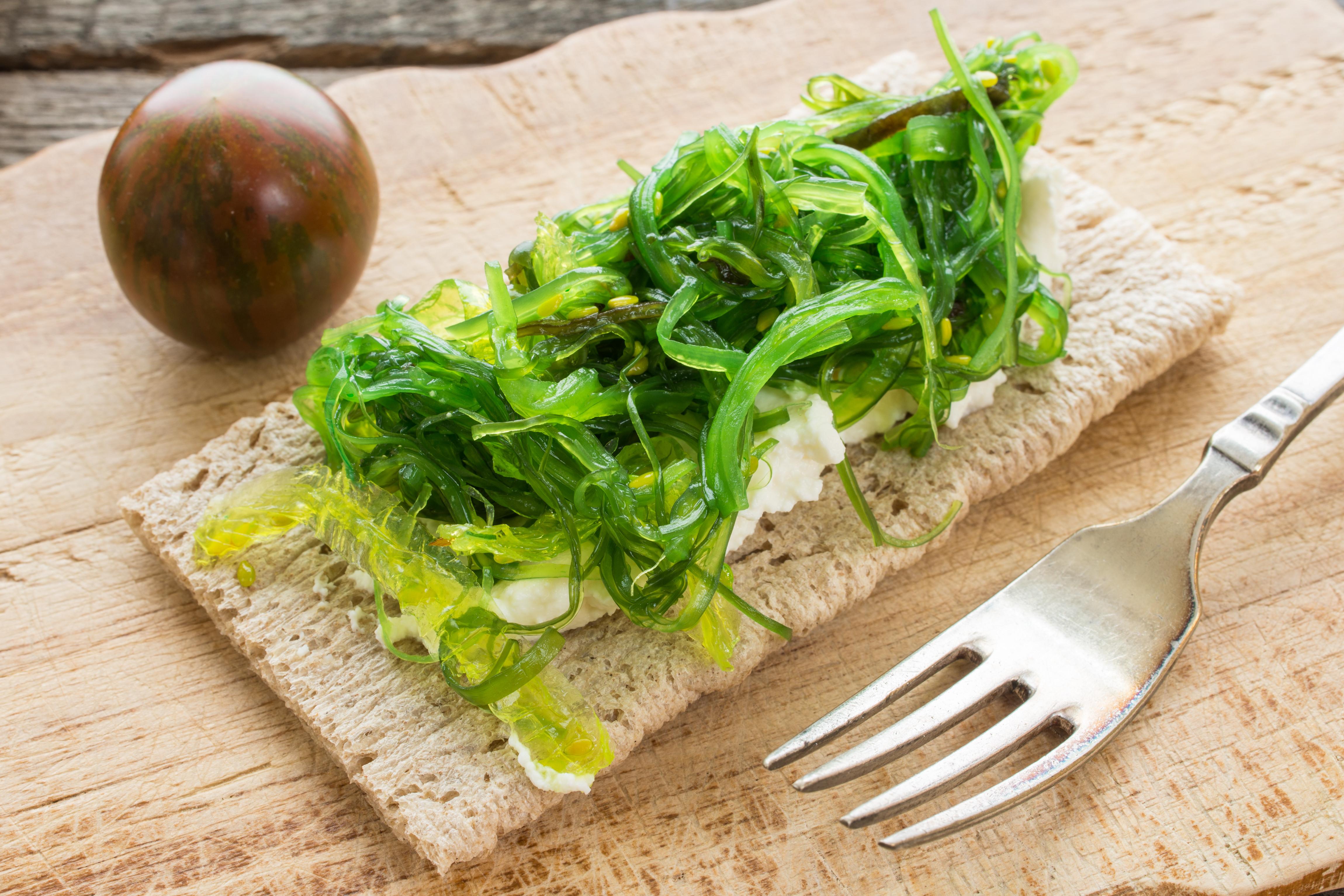Scheibe Knäckebrot mit Wakame Algen und Käse